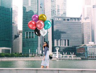 ballons cityscape fashionwoman